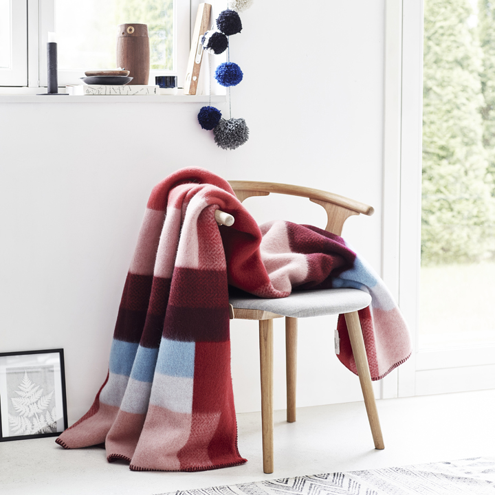 wolldecke mikkel rot st berkiste design mode kunsthandwerk aus skandinavien. Black Bedroom Furniture Sets. Home Design Ideas